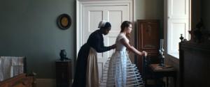 Katherine et Anna, sa domestique (Naomi Ackie).