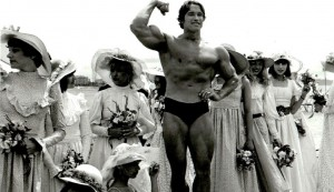 """En 1977, Arnold Schwarzenegger fait la promotion sur la Croisette de """"Pumping Iron"""" dans lequel il joue son propre rôle de culturiste. DR"""