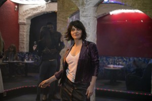 Isabelle (Juliette Binoche) s'étourdit en discothèque. DR