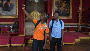 Maya (Tabono Tandia) et Seydou (Abdoulaye Diallo) en sortie de classe à Versailles.