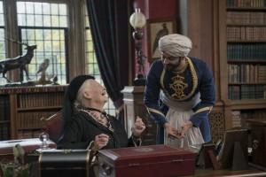 La reine Victoria (Judi Dench) et Abdul Karim (Ali Fazal). DR