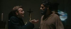 Le curé (Alex Lutz) et Lansky (Pascal Elbé).
