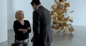 Christian (Claes Bang) interviewé par Anne (Elisabeth Moss). DR