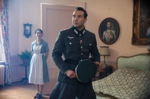 Le capitaine Brandt (Jai Courtney) et Mieke (Lily James). DR