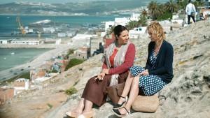 Mina (Mouna Fettou) et Edith face à la mer. DR