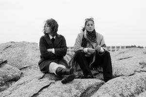 Romy Schneider (Marie Bäumer) et son amie Hilde (Birgit Minichmayr) sur les rochers de Quiberon. DR