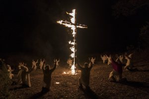Quand le KKK allume ses croix dans la nuit. DR