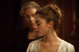 Mademoiselle de Joncquières (Alice Isaaz) et sa mère (Natalia Dontcheva). DR
