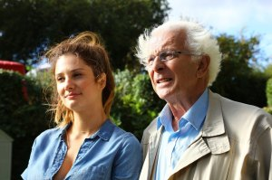 Sophie (Alice Pol) et Antoine (Roland Giraud). DR