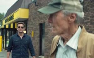 Earl Stone et l'agent Bates (Bradley Cooper). DR