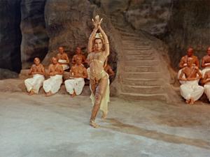 Seetha la danseuse (Debra Paget) devant la caméra de Fritz Lang. DR