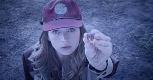 Casey (Britt Roberston) sonne à la porte de Frank Walker.  DR