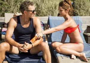 Louna (Lola Le Lann) fait à Laurent (Vincent Cassel) le coup de la crème bronzante.