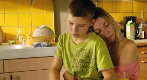 Jimmy (Alexi Mathieu) et Pris sa mère (Angelica Sarre).