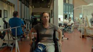 Tony (Emmanuelle Bercot) soigne son genou au centre de réadaptation