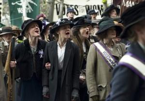 Maud Watts (Carey Mulligan) au milieu d'une manifestation de suffragettes. DR