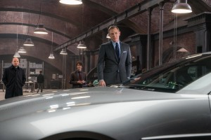 Q, 007 et une Aston Martin. DR