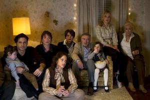 Joy et sa famille découvrent le télé-achat sur l'écran de la télévision. DR