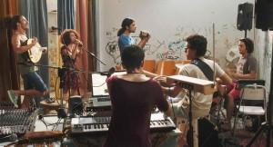 Farah (Baya Medhaffar) et ses amis musiciens en répétition. DR