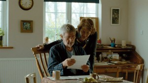 Geoff (Tom Courtenay), Kate (Charlotte Rampling) et la lettre. DR