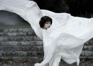 Loïe Fuller (Soko) en plein mouvement.