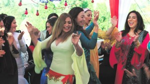 Shadia (Laila Eloui) entre dans la danse. DR