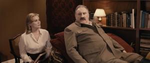 Lidia (Emmanuelle Seigner) et Staline sur le divan des rêves.