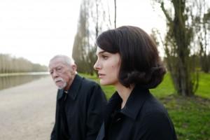 Le prêtre (John Hurt) et Jackie (Natalie Portman). DR