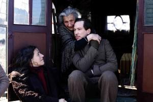 Django avec sa femme et sa mère dans un campement tzigane. DR