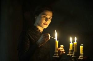Rachel Weisz incarne une veuve intrigante. DR