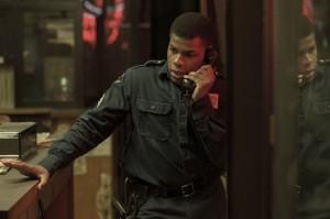 Dismukes (John Boyeda), un agent de surveillance pris au piège. DR
