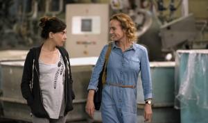 Nadia (Lubna Azabal) et Edith (Sandrine Bonnaire) dans leur usine textile. DR