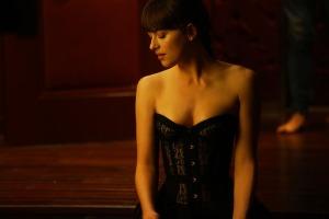 Ana (Dakota Johnson) dans la chambre rouge. DR
