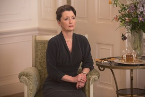Lesley Manville incarne Cyril, soeur de Reynolds et pilier de la maison. DR