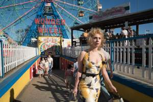 Carolina (Juno Temple) arrive à Coney Island. DR