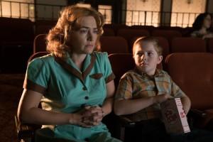 Ginny (Kate Winslet) et Richie (Jack Gore) au cinéma. DR