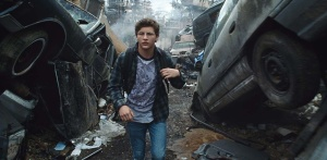 Wade Watts (Tye Sheridan) dans une ville désolée. DR