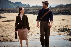 Juliet Ashton (Lily James) et Dawsey Adams (Michiel Huisman). DR