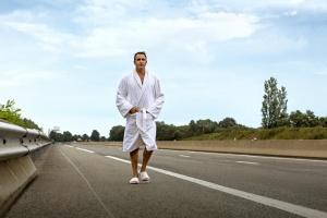 Jacques Pora (Jean Dujardin) en marche vers son rêve… DR