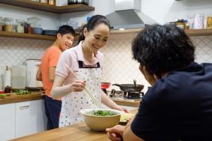 Miki (Seiko Matsuda) fait découvrir des plats de Singapour à Masato. DR