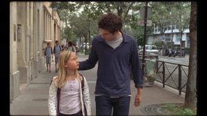 David (Vincent Lacoste) vient prendre Amanda (Isaure Multrier) à la sortie de l'école. DR