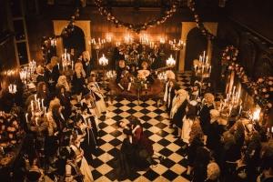 Un bal et une danse extravagante au palais. DR