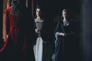 Sarah (Rachel Weisz) et Abigail (Emma Stone) en lutte pour le pouvoir. DR