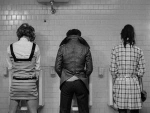 Eddie et ses amies aux toilettes. DR