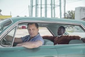 Tony Lip (Viggo Mortensen) et Doc Shirley (Mahershala Ali) sur les routes du Sud. DR