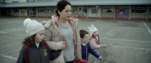 Rosie conduit ses enfants à l'école. DR