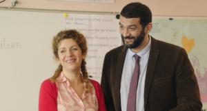 Mlle Delamarre (Baya Kasmi) et le directeur de l'école (Ramzy Bedia). DR