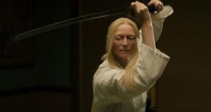 Zelda (Tilda Swinton) manie parfaitement le sabre. DR