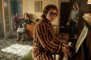 Chez lui, Elton John compose sous le regard de Bernie Taupin (Jamie Bell). DR