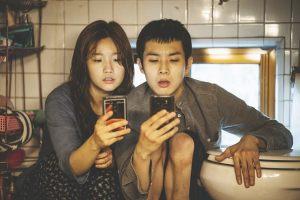Ki-jung et Ki-woo à la recherche du wifi. DR
